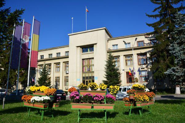Primăria Roman scoate la concurs Șef serviciu și șef birou (2 posturi)