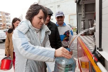 Inspectoratul pentru Situații de Urgență (ISU) distribuie apa potabila in 9 locuri din Roman