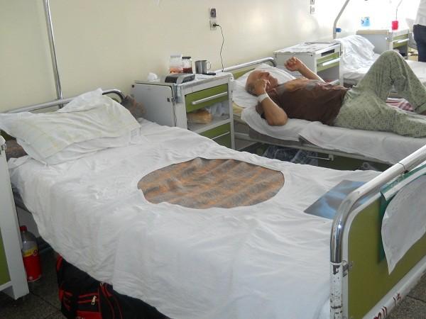 EFECTELE CANICULEI: LA SPITAL, PACIENTII STAU CU CEARCEAFURI UDE IN GEAMURI. SUTE DE PACIENTI LA CPU