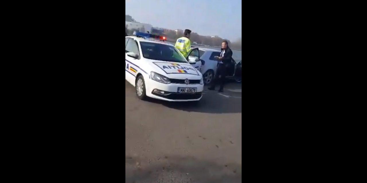 Urmărit în trafic de o maşină de examen auto, după ce i-a arătat semne obscene poliţistului din dreapta! VIDEO