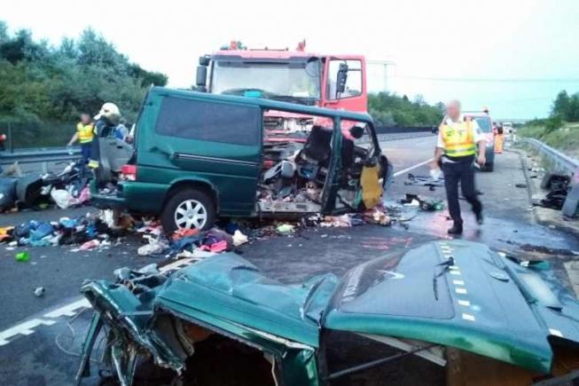 INCONŞTIENŢĂ UCIGAŞĂ. Şoferul microbuzului implicat în accidentul din Ungaria transmitea Live pe Facebook în momentul impactului. VIDEO