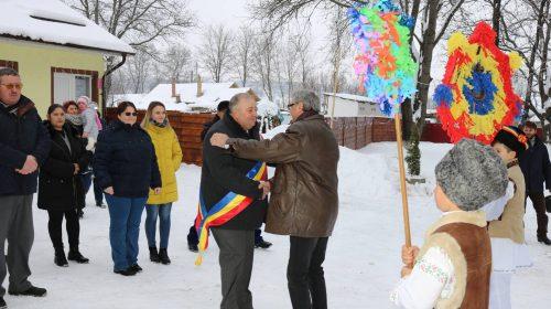 (Galerie foto) Primăria Icușești a primit colindători. Elevii și cadrele didactice păstrează tradițiile specifice acestei perioade