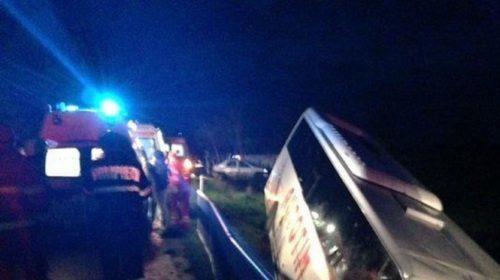 Un autocar plin cu petrecăreţi care veneau de la nuntă, a ajuns pe câmp, în Buzău. Mai multe victime
