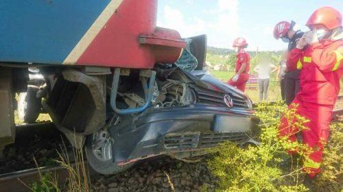 """Mașină lovită de tren, în județul Suceava. Șoferul, """"leziuni incompatibile cu viața"""""""