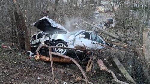 Autoturism scăpat de sub control. Șoferul, găsit inconștient lângă mașină