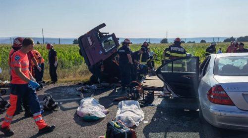 Teribil accident în județul Bacău. 7 persoane, dintre care doi copii, au murit după un impact VIOLENT între un autoturism și un microbuz